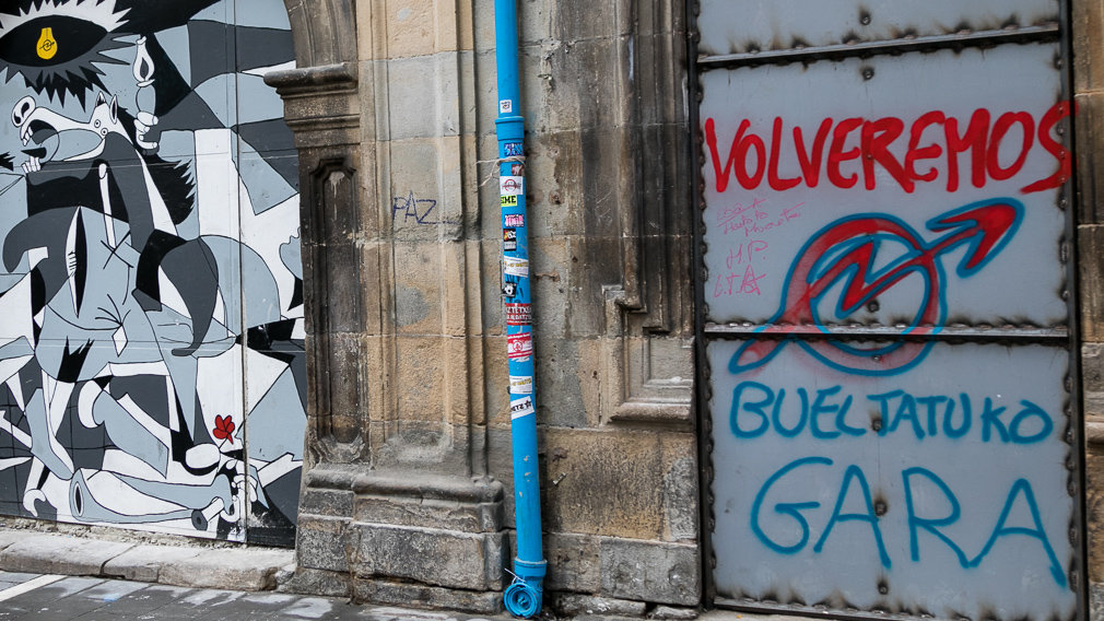 Okupas manchan una de las puertas de Rozalejo en Pamplona